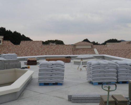 ③デッキ資材、緑化資材(ルーフソイル)の搬入です。