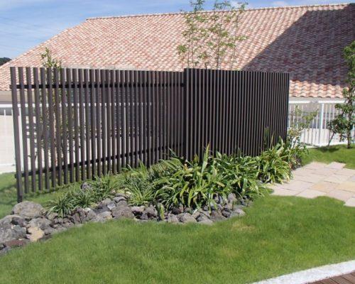 ⑨室外機の目隠しに植栽とエクシスEラインフェンスを設置。