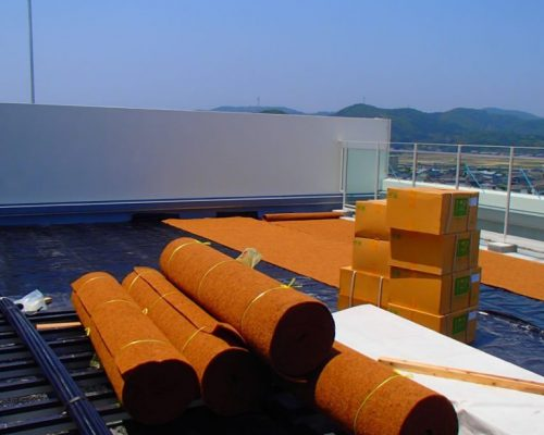 ②耐根シートに防水保護材の敷設中。勿論、自動灌水設備も付いてます。