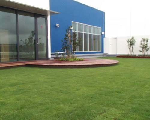 ③ウッドデッキと芝生(TM-9)。外周には花壇を設置。