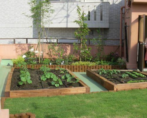 ②菜園と花壇、芝生を張って完了です。