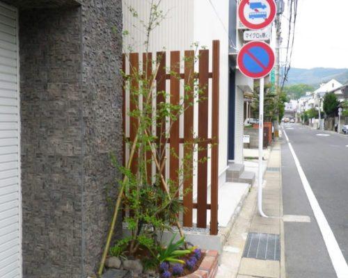 ⑥板塀と植栽で仕上げました。