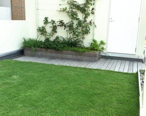 ⑤出入する通路部分はデッキ張りとし壁面を利用した花壇と菜園を作りました。