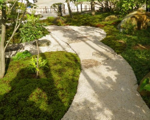 ⑥園路はタタキ風仕上げとしました。