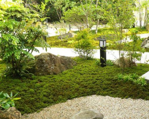 ⑦景石もほとんど現地にあった物を再利用。苔張りの中に溶け込んでます。