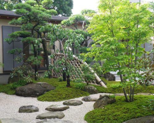 ①四方から見ることができる中庭です。建物が出来る前の作業でしたので苦労しました。