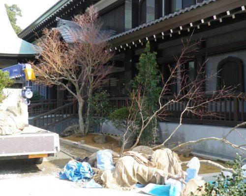①縁石設置と客土も入り、庭づくりの始まりです。