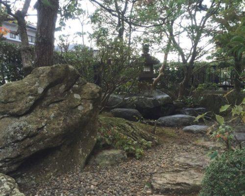 ②蛇紋石を配した庭。