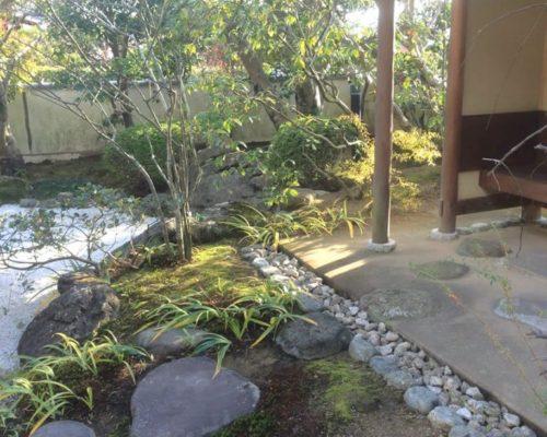 ①庭の改修に伴い今回腰掛待合を新しくつくり、お茶会も出来る庭へと一変しました。