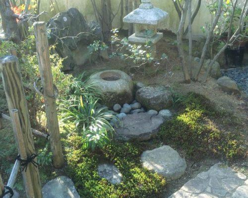 ②御影石の蹲踞を新たに据えました。役石の据え方に注意を払い設置しました。