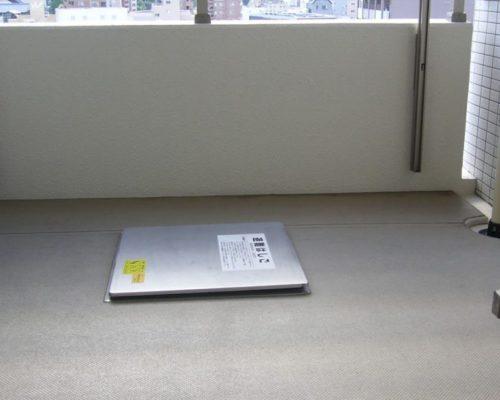 ①ビルの一室で下層階への避難通路は確保して作業を進めて行きます。