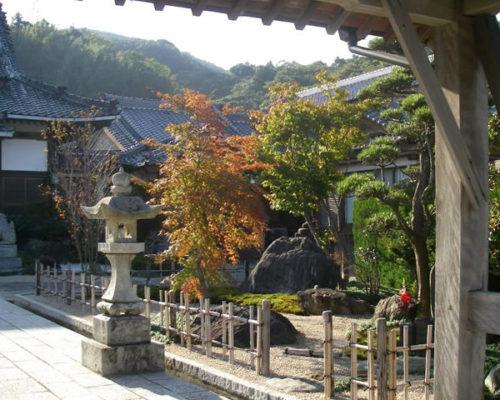 ①山門からの眺め。既存の石を利用し改修しました。