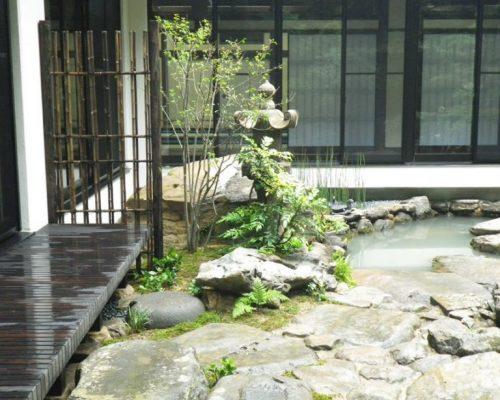 ⑦石の間は苔目地としてぬれ縁と袖垣を設置。
