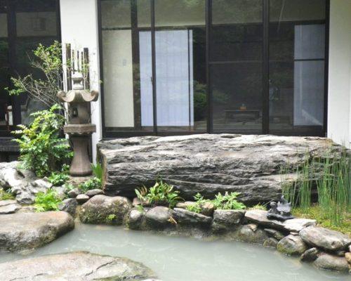 ⑤元々あった巨石。(総重量17t)移設スペースはこの三角地のみ。移動の際に池の縁石が崩れかけました。