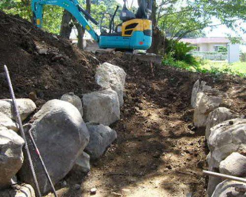 ④土留め用として石材を利用します。
