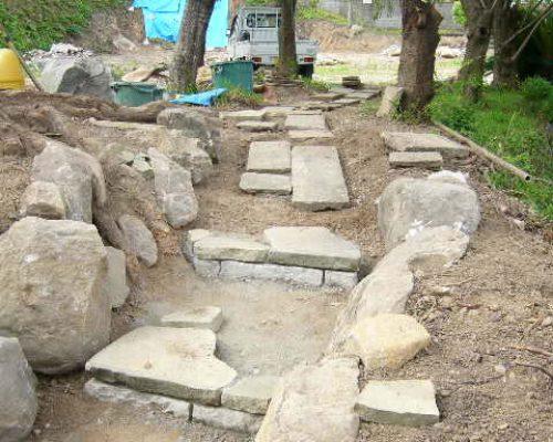 ⑫階段と園路の設置ですが、板石も現地にあった物を再利用です。