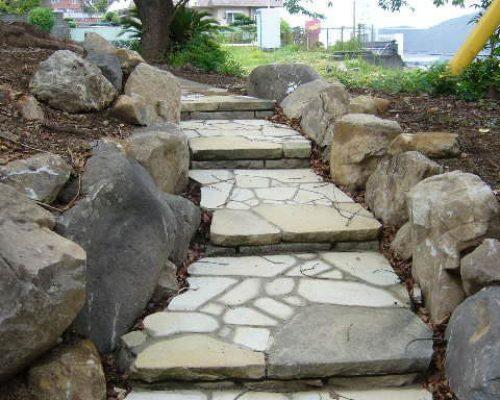 ⑬階段面に張った石材のみを新設しました。