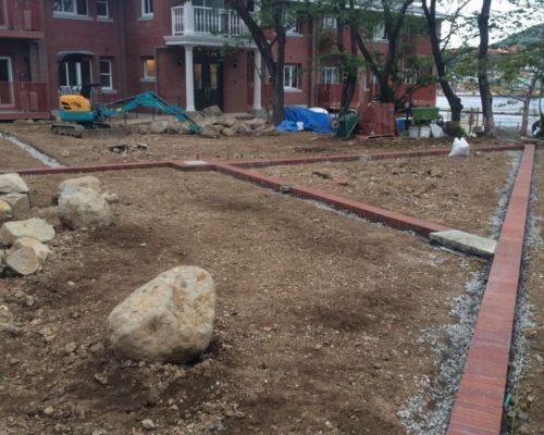 ⑯建物と統一性も持たせ、庭にもレンガを利用。