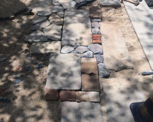 ⑳玄関前のアプローチ。石材・レンガは現場にあった材料です。