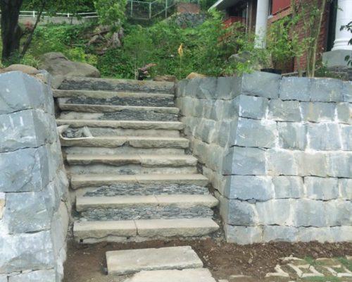 ⑱階段の踏面は古い御影石を利用し蹴上げ部分は栗石の端材で積み上げてます。