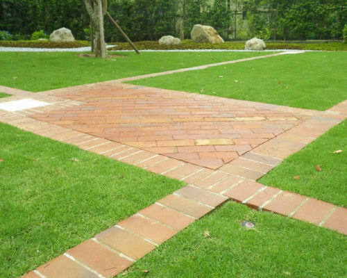 ㉙芝生の中のレンガ敷きのスペース。用途も様々です。