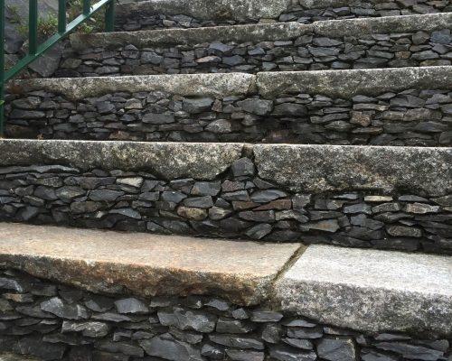㉑階段も立上り部分は石の端材。全て手作業で積み上げました。