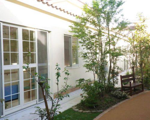 ③中庭に園路やベンチを設け、入所者も散歩できる様にしています。