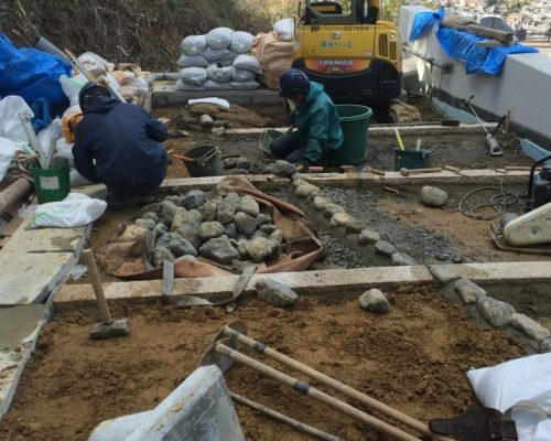 ④水場と土の部分の縁石の設置作業。
