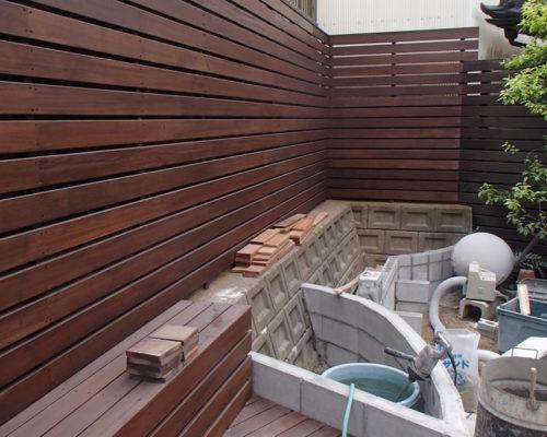 ⑤ウッドフェンス、デッキ部分を終えて花壇の下地の工事です。