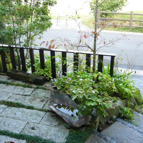 ③雑草対策に石張りをしています。フェンスもウリンの端材を利用してます。