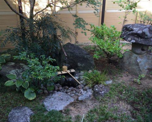 ③控室からの眺め。既存の石を利用して改修しました。