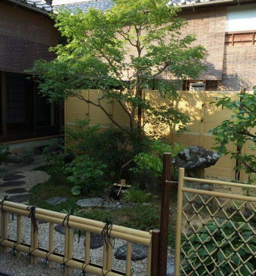 ④後部の御簾垣は既存の物で、前面の蹲踞は組換え、筧からの水落は新設しました。